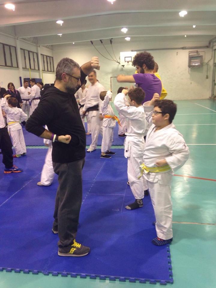 I bambini insegnano il karate genitori .